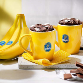 Κέικ σε κούπα με μπανάνα Chiquita και μπισκότα fudge S'more έτοιμο σε 5 λεπτά