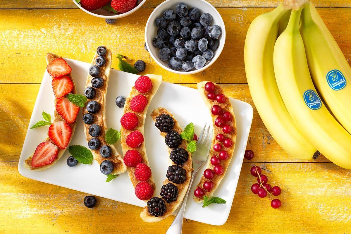 Πρωινό με μπανάνες Chiquita, κόκκινα φρούτα και φυστικοβούτυρο