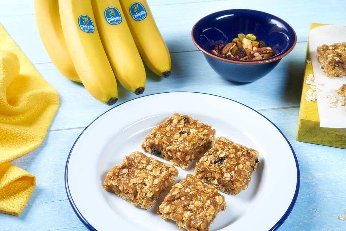 Εύκολη συνταγή για τετράγωνες μπάρες δημητριακών χωρίς ψήσιμο με μπανάνες Chiquita