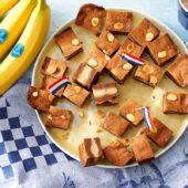 Ολλανδικά γεμιστά μπισκότα σπεκουλάς με μπανάνα Chiquita και πάστα αμυγδάλου, γαρνιρισμένα με αμύγδαλα