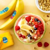 Φρουτοσαλάτα σε καρπούζι γεμιστό με βιολογικό γιαούρτι, μπανάνες Chiquita, κόκκινα φρούτα, σπόρους και ξηρούς καρπούς