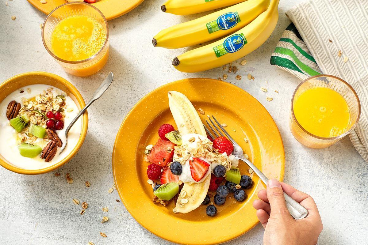 Υγιεινή φρουτοσαλάτα με οργανική μπανάνα Chiquita και γιαούρτι με γκρανόλα και μπανάνα