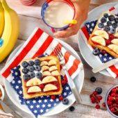 Γλυκό σάντουιτς με μπανάνες Chiquita, φυστικοβούτυρο, μαρμελάδα και μύρτιλλα