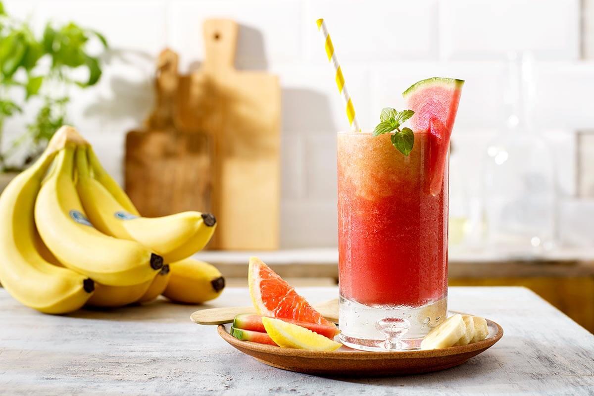 Pink sunrise mocktail με μπανάνες Chiquita και καρπούζι