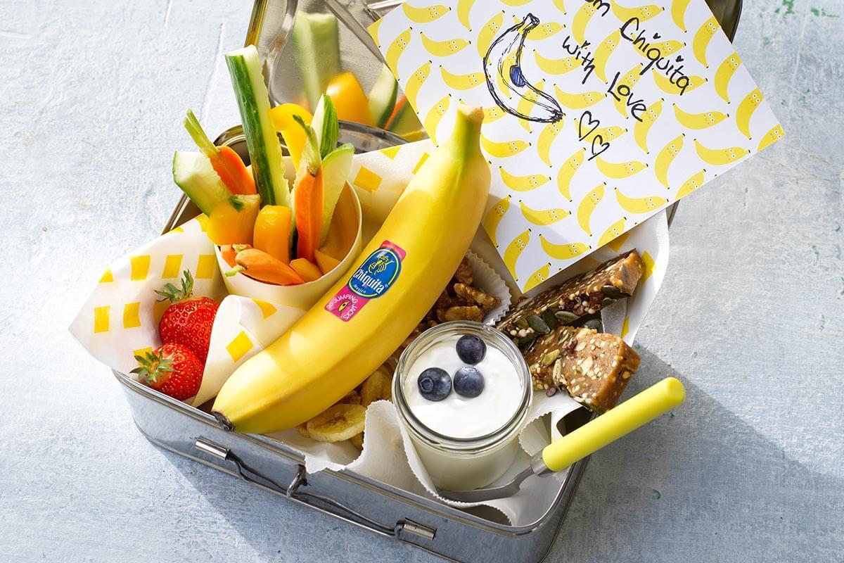 Κολατσιό με τσιπς μπανάνας Chiquita, λαχανικά, φρούτα και ξηρούς καρπούς.