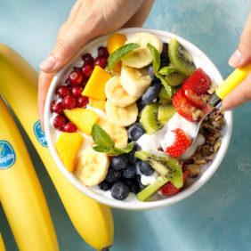 Πολύχρωμο vegan μπολ με μπανάνα Chiquita και φρέσκα φρούτα | Συνταγές της Chiquita