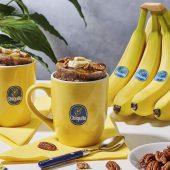 Κέικ σε κούπα με μπανάνα Chiquita, καρύδια πεκάν και σιρόπι σφενδάμου