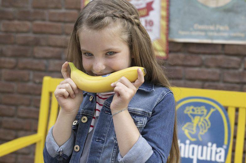 Η Λίντα χαμογελά με την μπανάνα Chiquita