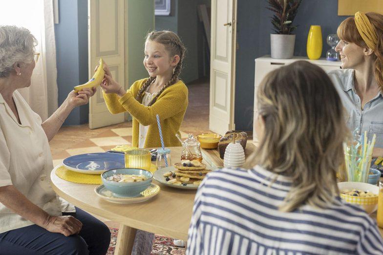 Η Λίντα μοιράζεται την Chiquita μπανάνα με την οικογένειά της