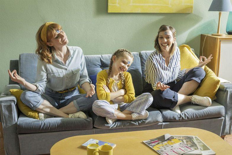 Η Λίντα παίζει με την οικογένειά της με αυτοκόλλητα Chiquita